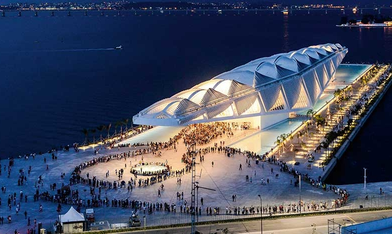 Futuristisk museibyggnad siar om morgondagen