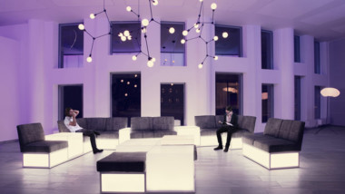 White tävlar med kontor av återvunna möbler
