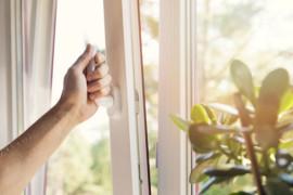 Öppna sovrumsfönster försämrar luften i bostaden