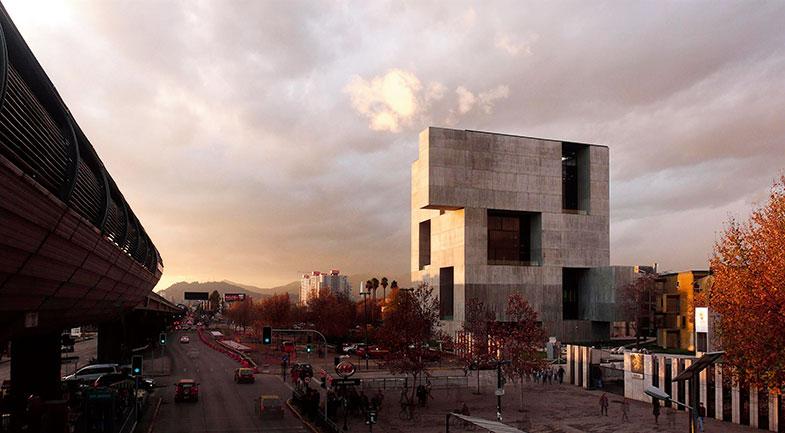 UC Innovation Center - Anacleto Angelini. Innovation kräver öppenhet och att människor möts. Men uppfinningar måste försvaras, så säkerhet är också viktigt. Byggnaden har därför en opak konstruktion på utsidan, vilket också är passande för vädret i Santiago, och en permeabel arkitektur på insidan. Byggnaden har en typisk curtain wall-fasadkonstruktion och öppningarna är koncentrerade på väldigt specifika ställen i form av upphöjda fyrkanter. Foto Nina Vidic.